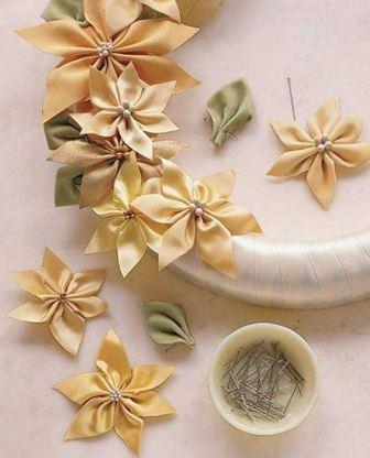 Венок из атласных цветов