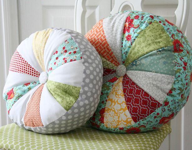 Круглая декоративная подушка
