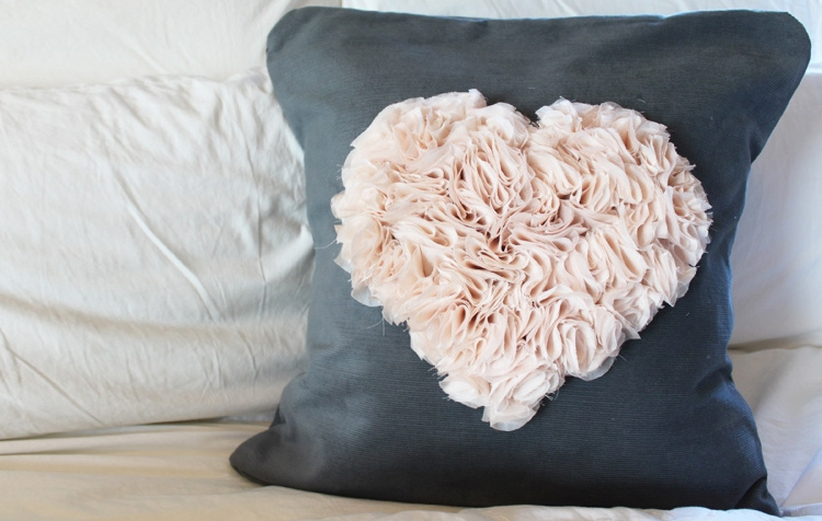 Подушка с декором «Объёмное сердечко»