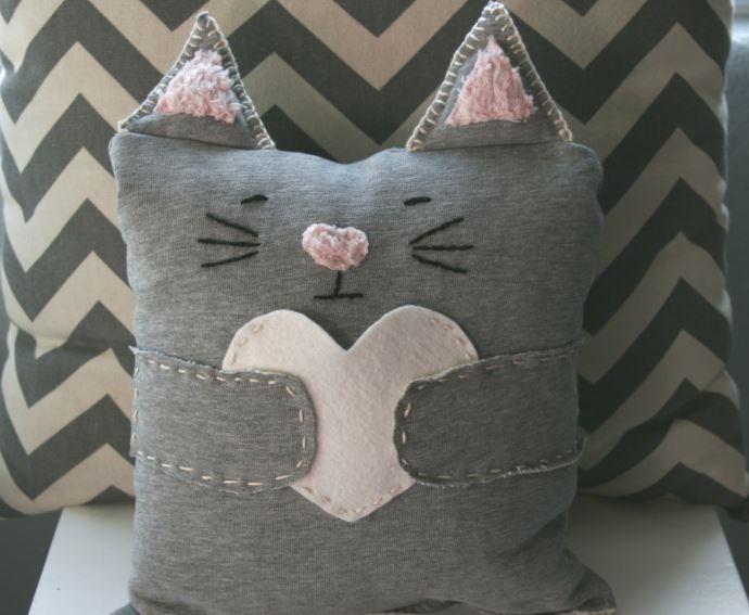 Подушка-кошка, сшитая из спортивных штанов